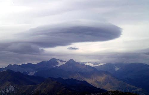 Summit View Sarner Weißhorn: UFO above Botzer in the Stubai Alps