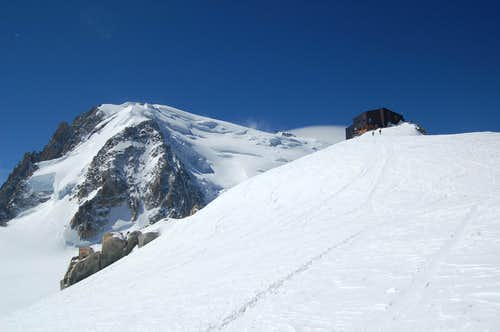 The Cosmiques hut with the NW face of Mont Blanc du Tacul behind