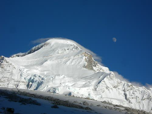 Moon above Cho Oyu