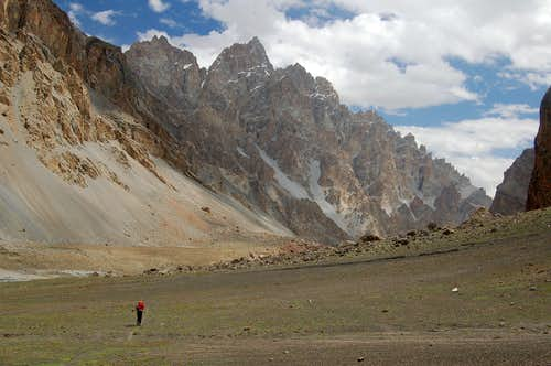 Trek back to civilisation across the grazing pasture of Wyeen, east of Ghorhil Sar