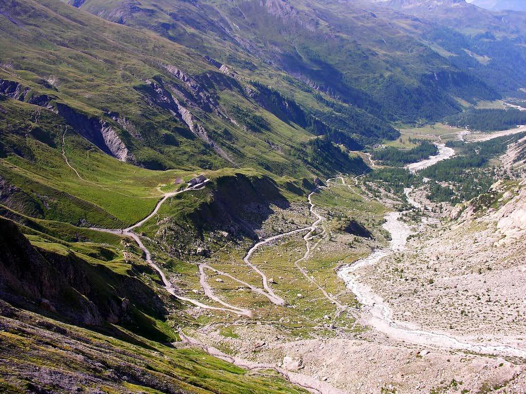 Val Ferret, in basso il Rifugio Elena