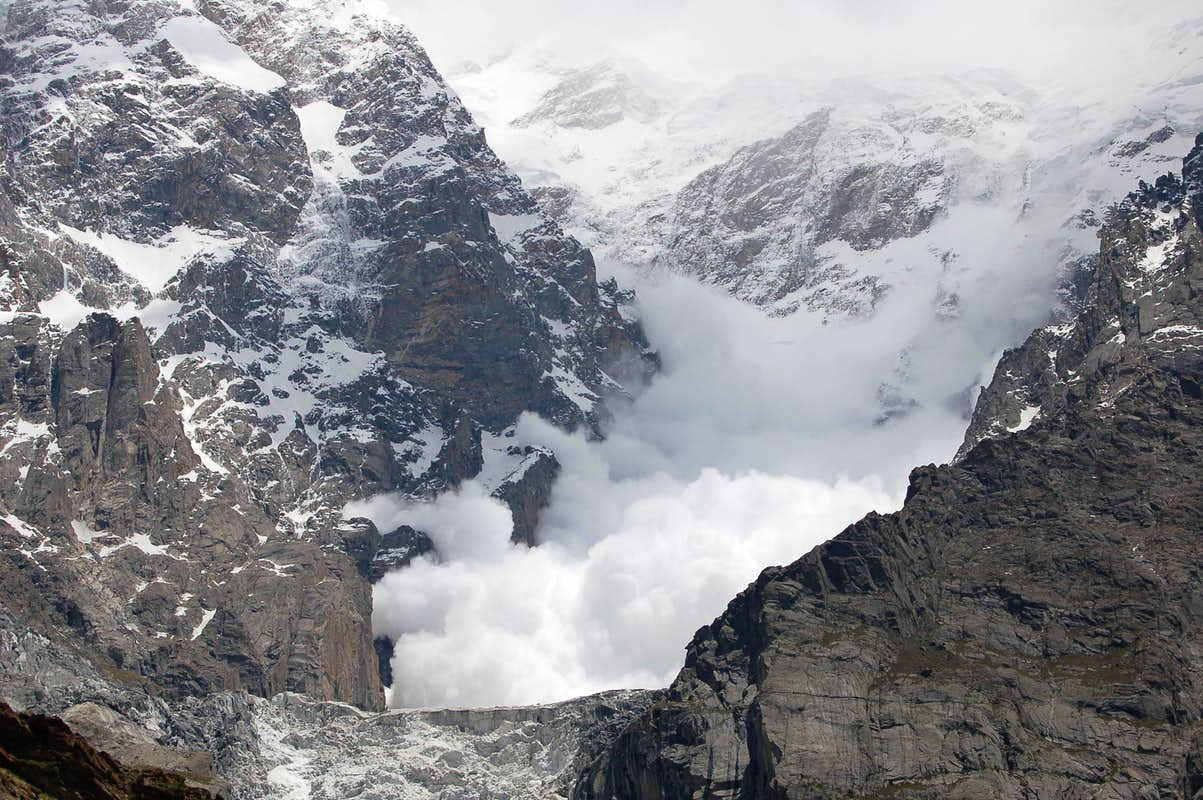 Huge avalanche crashing down the Ultar glacier : Photos ...
