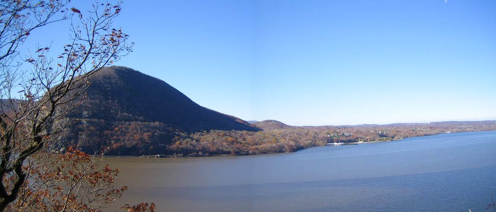 A panoramic view from Breakneck Ridge