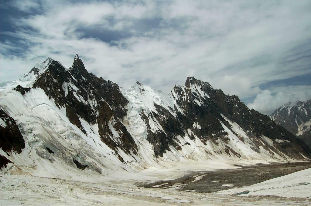 Ridge along the southern side of the East Jutmo Glacier