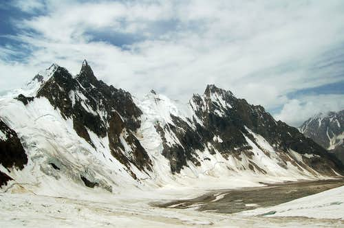 Ridge along the southern side of the East Jutmo Glacier