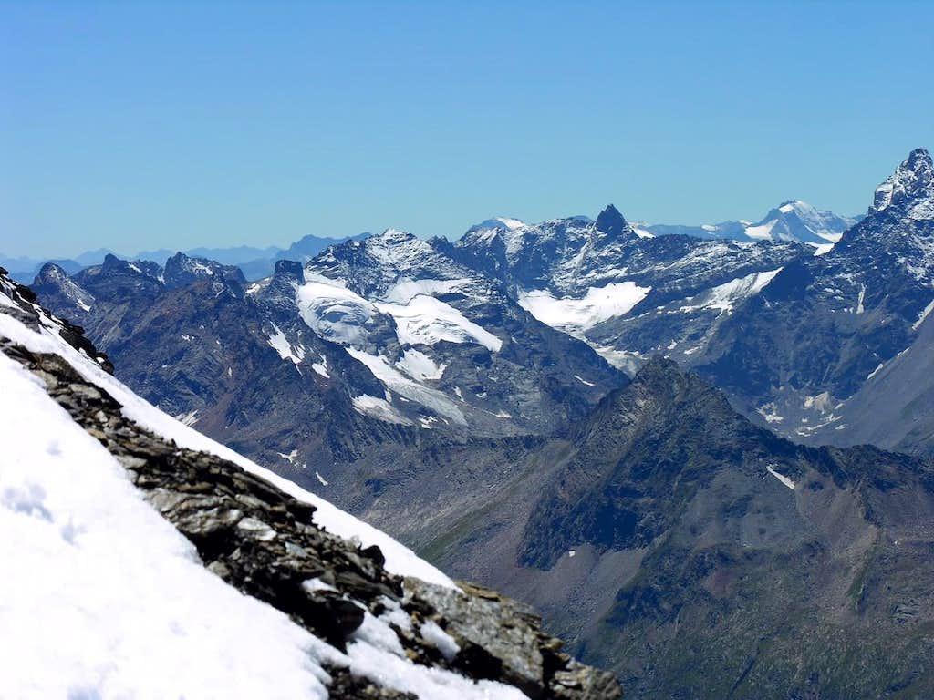 Da sinistra: La Punta delle Sengie (3408 m)...