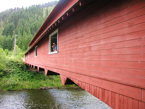 <A HREF=http://www.summitpost.org/user_page.php?user_id=1160 TARGET=_blank>Dean Molen</A> in the window of the North Fork Willamette covered bridge