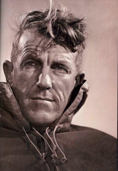 sir edmund hillary 2018-7-29 sir edmund percival hillary, kg, onz, kbe, född 20 juli 1919 i tuakau, nordön, död 11 januari 2008 i auckland, var en nyzeeländsk bergsbestigare, mest känd för att han den 29 maj 1953, tillsammans med sherpan tenzing norgay, blev de två första klättrare, som man med säkerhet vet tagit sig till toppen av jordens högsta berg (mätt.