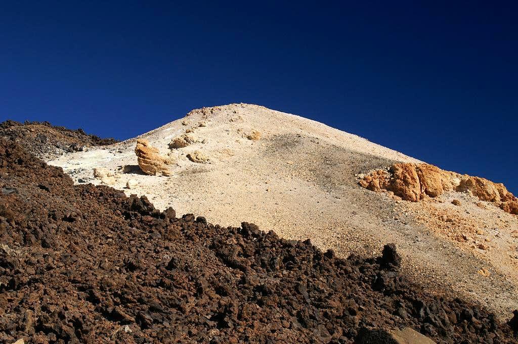 Great contrasts: black lava, white sulfour