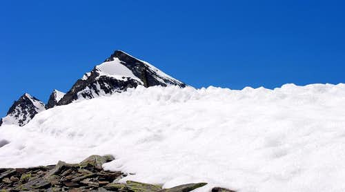 Il monte Paramont (3301 m), visto dalla punta de la Crosatie
