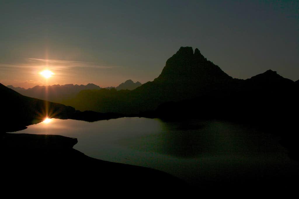 pic du midi d'ossau au levé de soleil