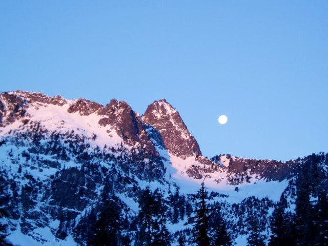 Moon set over Chair Peak