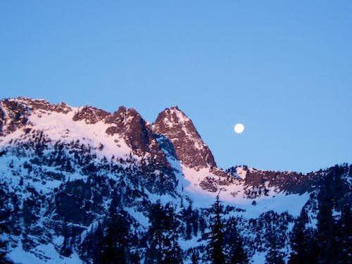 Moon set over Chair Peak
