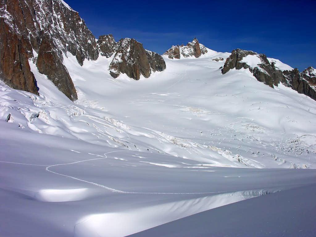 La punta Lachenal (3613 m) e l'aiguille du Midi (3842 m)