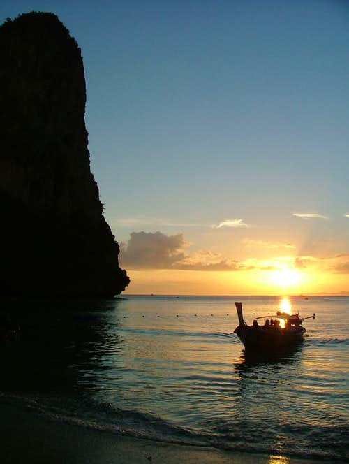 Thaiwand Wall, profile from Hat-Railay-West beach at sundown
