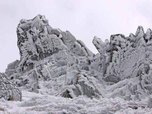 Snowy rocks in the summit region of Jahnaci Stit