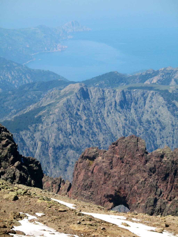 view from the Paglia Orba summit to the Capu Tafunatu hole and the mediterranean sea, 05/12/07