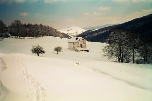 Miqueletes Hut in the snow