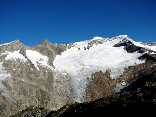 Simonyspitze, 3488m on the right and on the left Gubachspitz, 3392m.