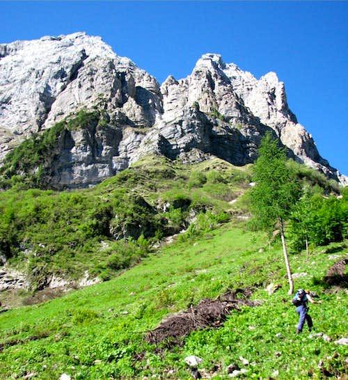Hiking below the north face of Creta della Cjanevate/Kellerspitzen, 2718m.