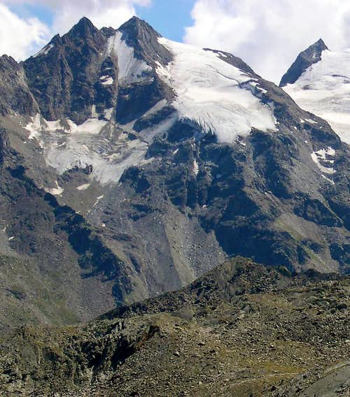 The twin summits of Punte Patrì <br>seen from the facing Lauson basin