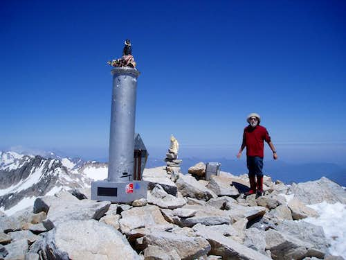Aneto summit minus cross