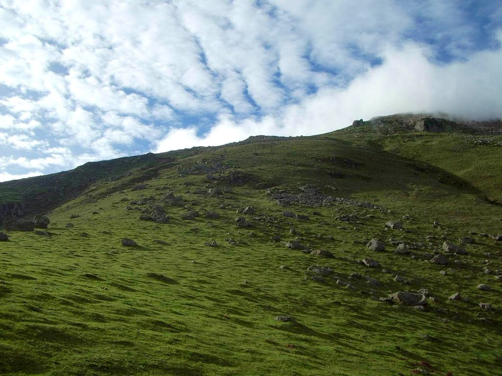 The final grassy slopes of Auza