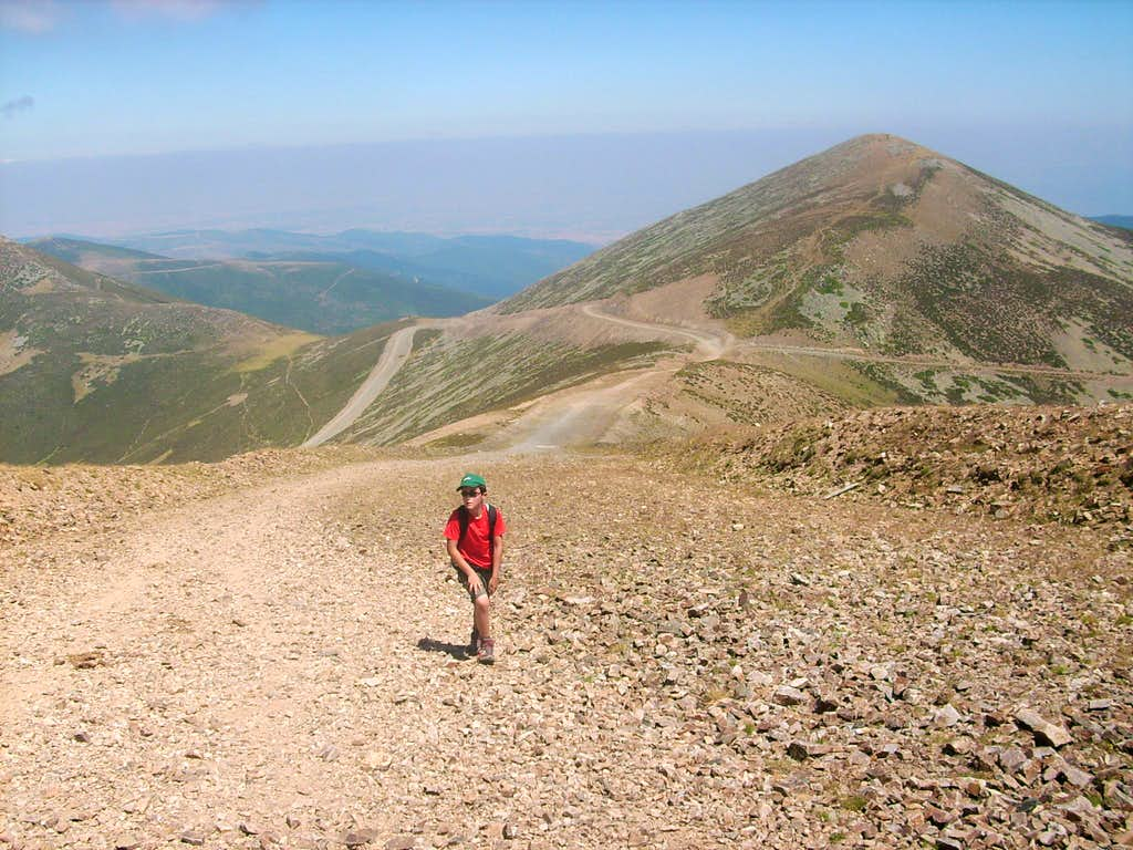 The last hill to the summit of San Lorenzo, with Cabeza Parda behind