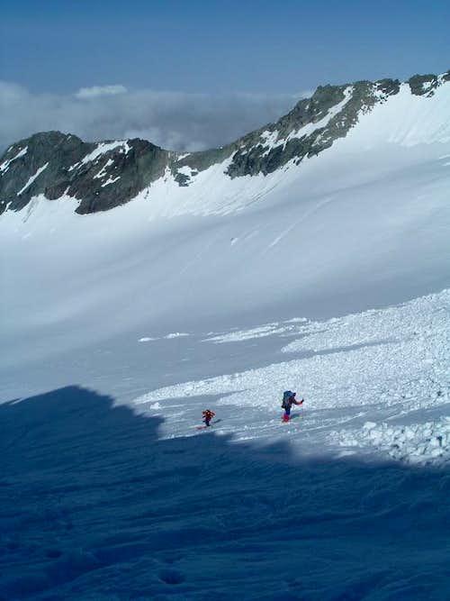 Skiers descending to Ködnitzkees