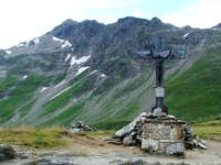 Cross near the route