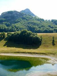 Orlovacko jezero u pozadini Stog 1821m