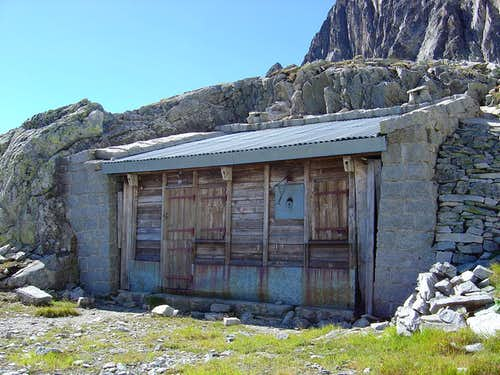 Old military hut by the Chüebodenhorn 3070m