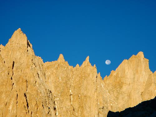 Moon setting between S'Brutal Tower and Aiguille Junior.