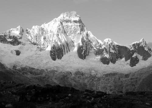 Taulliraju B&W, 5830 m