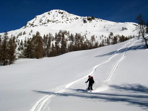 Skiing down from Tantanè