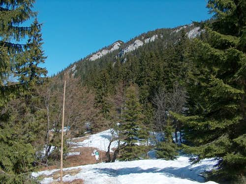 Crossing Čierny Kameň via the snowy trail on the north slope