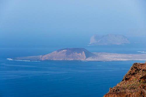 Montaña Amarilla and Isla de Montaña Clara