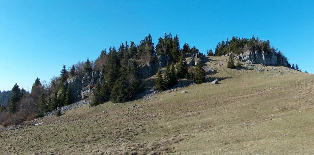 Passing in front of the limestone outcrops of