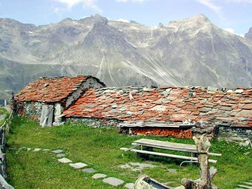 View of the ridge between Valsavaranche<br> and Val di Rhemes from Case Leviona inferiore