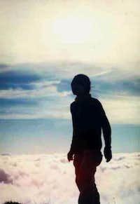 siluet di puncak Gunung Agung