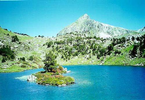 The Bastan lakes and Bastan peak