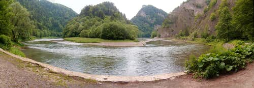 Cat-eye panorama of the  big bend  in the Dunajec