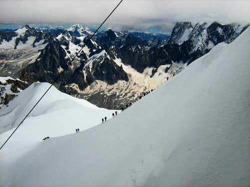 A rush hour on the ridge down to Col du Midi