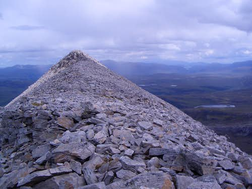 The quartzite summit of Glas Mheall Liath