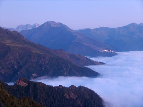 Sea of clouds at dawn, while climbing into the Sarrouyès valley.