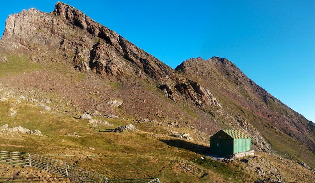 Reaching the green hut on the Sarrouyès pass
