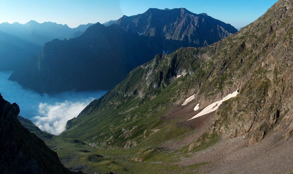 The cloudy Vallon de La Pez and the Bachimala (Schrader) while ascending Pic d'Estos