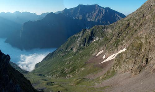The cloudy Vallon de La Pez and the Bachimala (Schrader) while ascending Pic d\'Estos