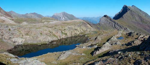 Lacs des Miares and the Sarrouyès while climbing down Pic d Estos