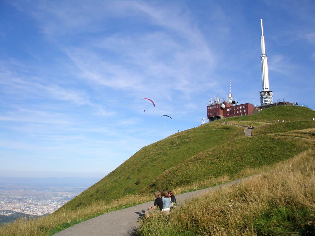 Parapentes around the summit